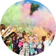Festiwal kolorów z proszkami holi dla dzieci