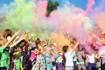 Festiwal kolorów, czyli kolorowe proszki holi dla dzieci