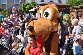 Pies Pluto żywa maskotka na Dzień Dziecka