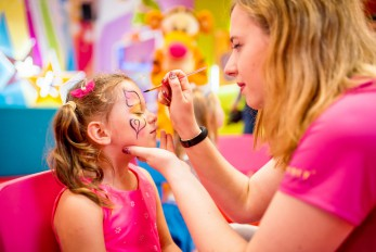 Stanowisko z malowaniem twarzy dla dzieci
