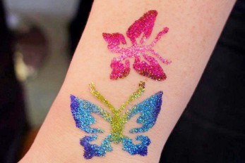 Stanowisko z tatuażami brokatowymi dla dzieci