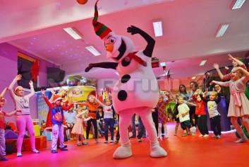 Taneczny Bałwan Olaf na mikołajkowej imprezce dla dzieci
