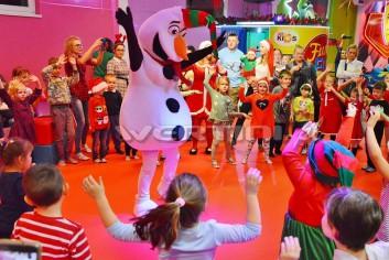 Bałwanek Olaf na mikołajkowej zabawie