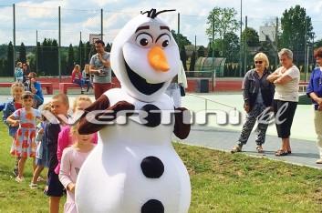 Bałwan Olaf na imprezie plenerowej dla dzieci