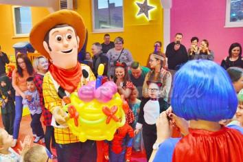 Chudy z Toy Story na imprezce karnawałowej