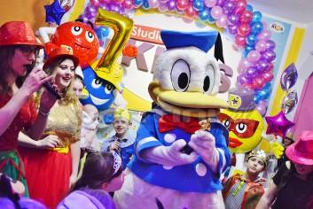 Kaczor Donald na balu maskowym dla dzieci