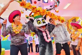 Chodząca żywa maskotka Król Julian na imprezie urodzinowej