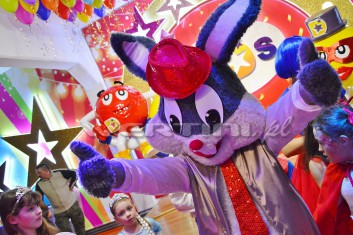 Królik Bugs jako gość na balu karnawałowym dla dzieci