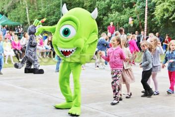 Chodząca żywa maskotka Mike Wazowski na imprezie z okazji Dnia Dziecka