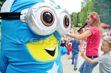 Minionek Kapitan Ameryka na imprezce z okazji Dnia Dziecka