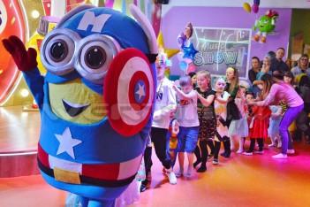 Chodząca postać bajkowa Minionek Kapitan Ameryka na zabawie dla dzieci
