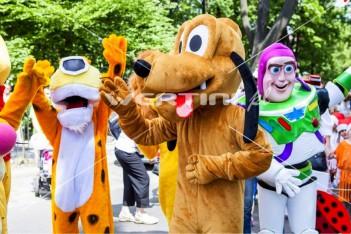Chodząca postać bajkowa Pies Pluto na paradzie bajkowej