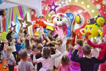 Zajęczka Suzi na wielkanocnej zabawie dla dzieci