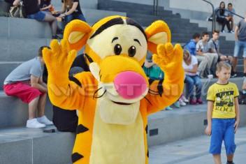 Chodząca żywa maskotka Tygrysek podczas eventu dla dzieci