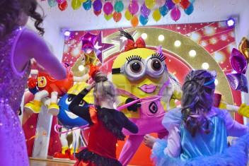 Chodząca żywa maskotka Minionek Lola na karnawale dla dzieci