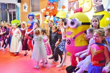 Chodząca postać bajkowa Minionek Lola na imprezce dla dzieci