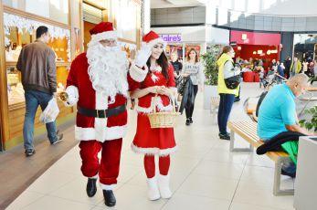 Mikołaj przechodzący się po galeri