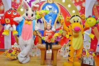 Wielkanocny Zajączek, Tygrysek na zdjęciu z dzieciakami