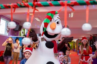 Mikołajkowa zabaw dla dzieci z bałwanem Olafem