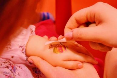 Stanowisko ze zmywalnymi tatuażami dla dzieci